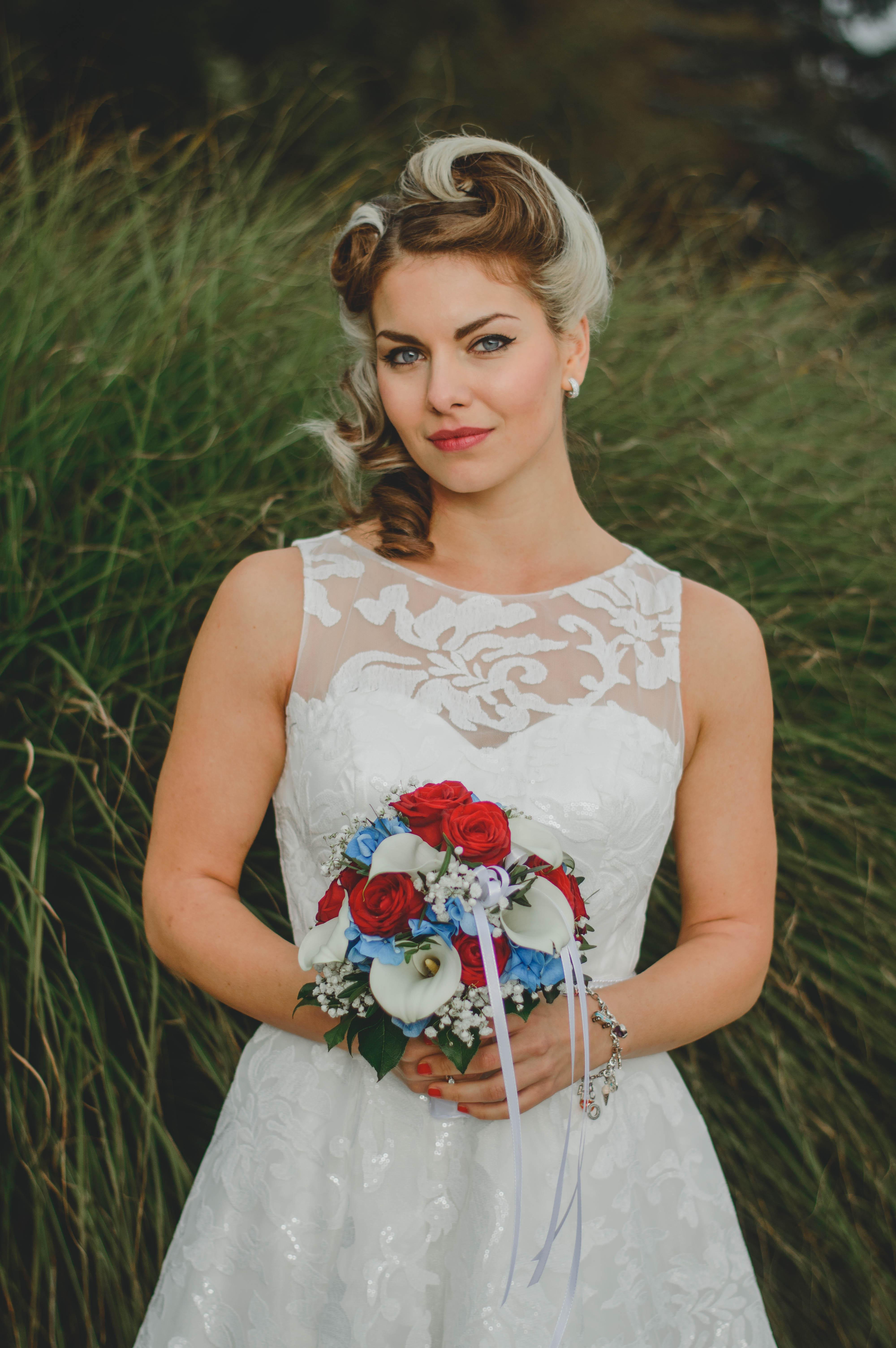 Braut mit braun, weißen Haaren und Brautstrauß