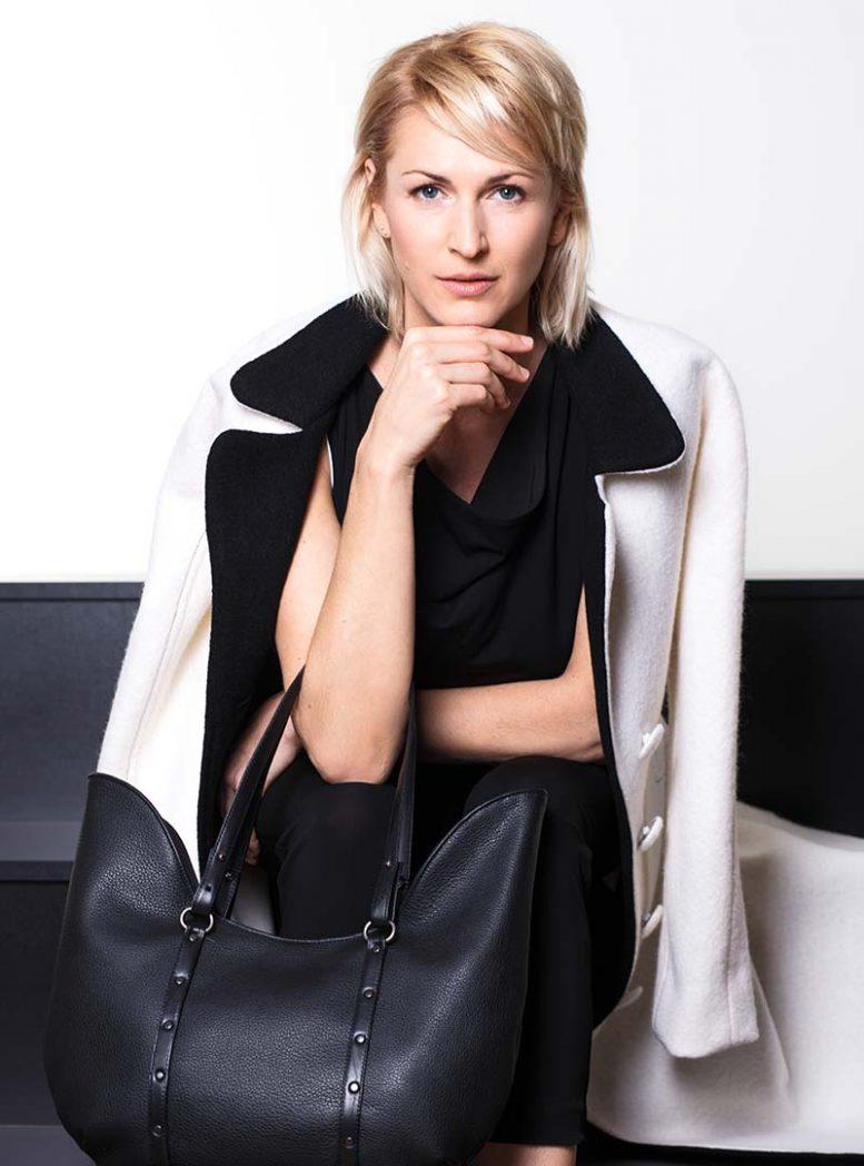 Model mit Tasche